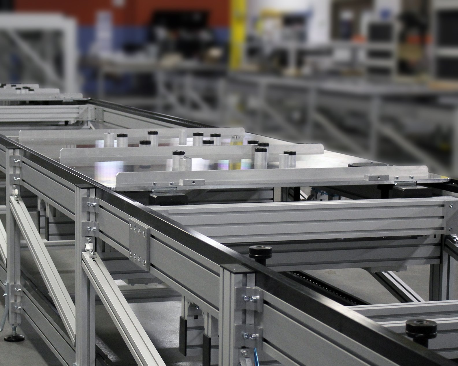 Wide conveyor carrying a wide pallet.